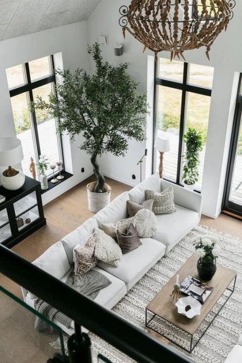 Wohnzimmer in Schwarz-Weiß Holzboden Holztisch