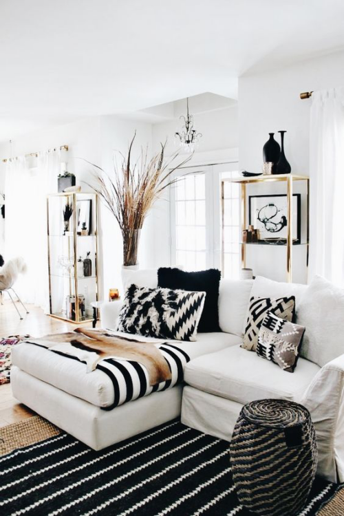 Wohnzimmer in Schwarz-Weiß etwas Beige auffällige Muster durchbrechen das strenge Farbschema