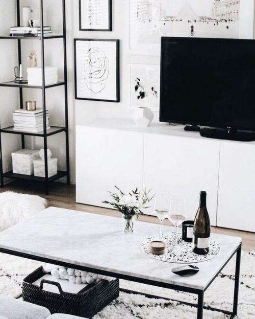 Wohnzimmer in Schwarz-Weiß helles einladendes Ambiente weiße Farbe