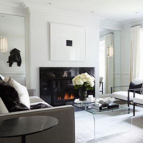 Wohnzimmer in Schwarz-Weiß schöne Raumgestaltung Kamin Vase mit cremefarbenen Blumen
