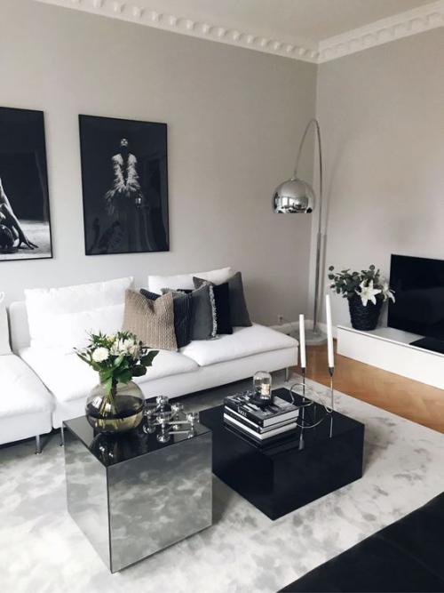 Wohnzimmer in Schwarz-Weiß viel Grau weißes Sofa