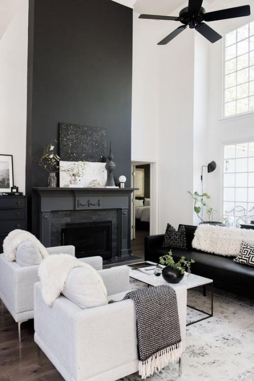 Wohnzimmer in Schwarz-Weiß weiche Textilien Felldecken Wurfdecken Kissen schönes Ambiente