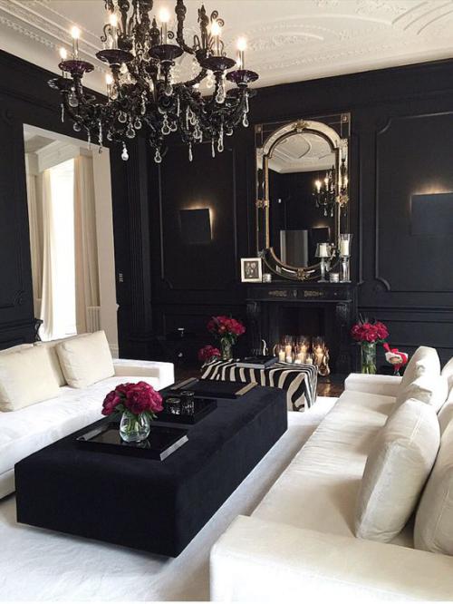 Wohnzimmer in Schwarz-Weiß wirkt etwas dunkel Wandspiegel Kronleuchter dunkelrote Blumen