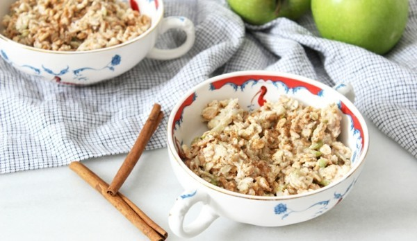 basisches frühstück haferflocken mit zimt und äpfeln