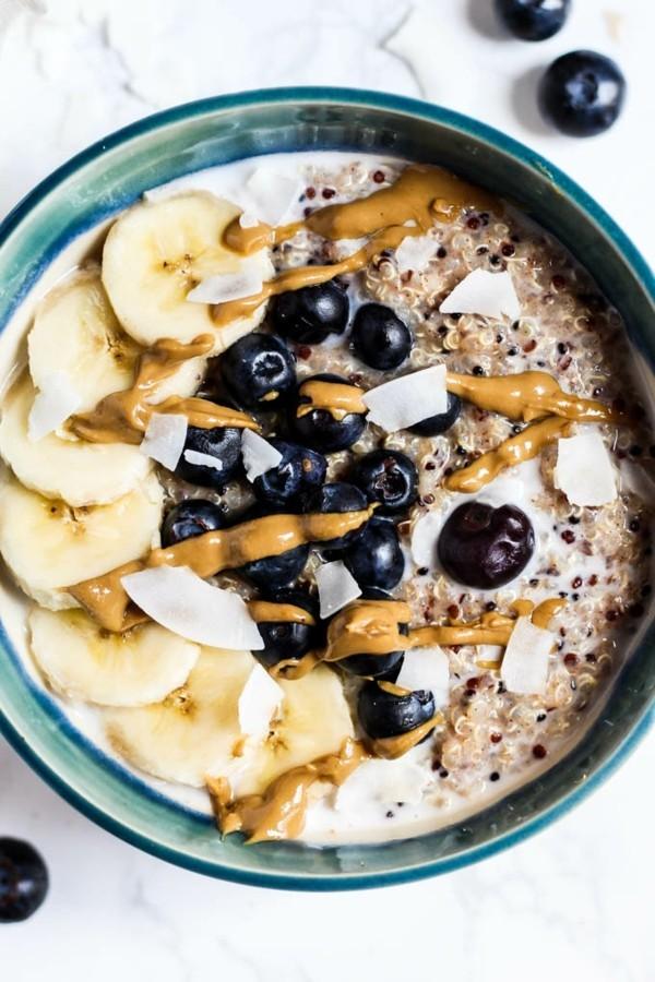 basisches frühstück mit quinoa bananen und blaubeeren