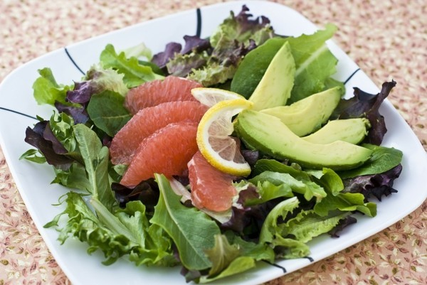 basisches frühstück mit salat avocado und grapefruit