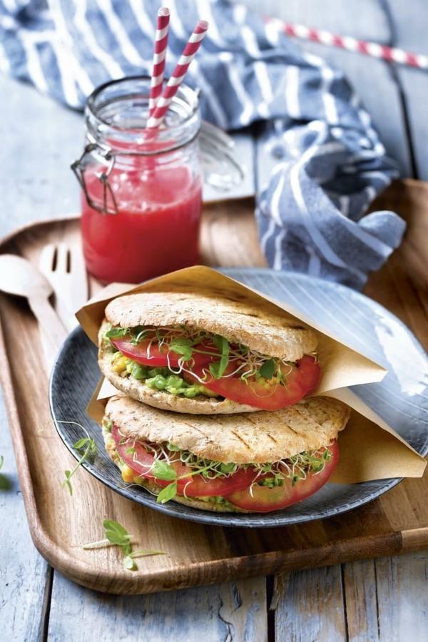 basisches frühstück vollkorn pita mit tomaten guacamole und sprossen