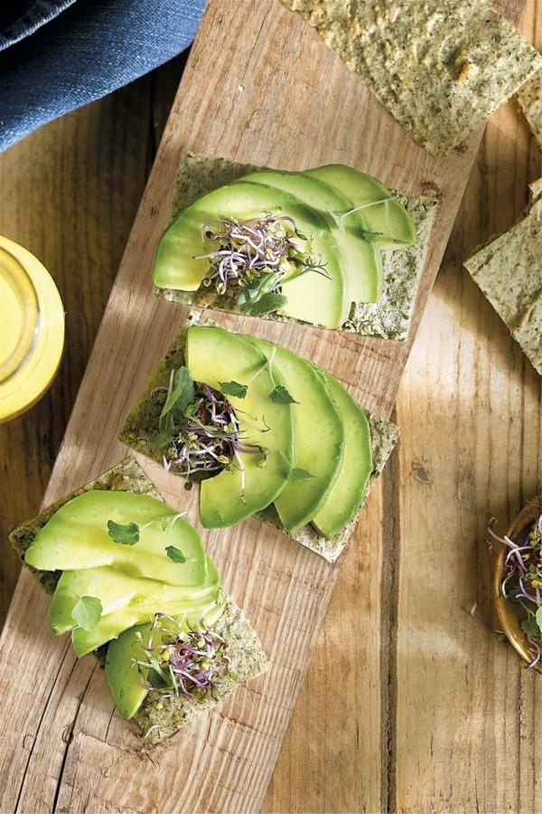 basisches frühstück vollkorn toast avocado mit sprossen