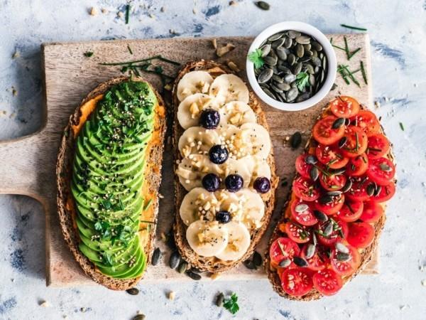 basisches frühstück vollkornbrot mit avocado tomaten bananen blaubeeren