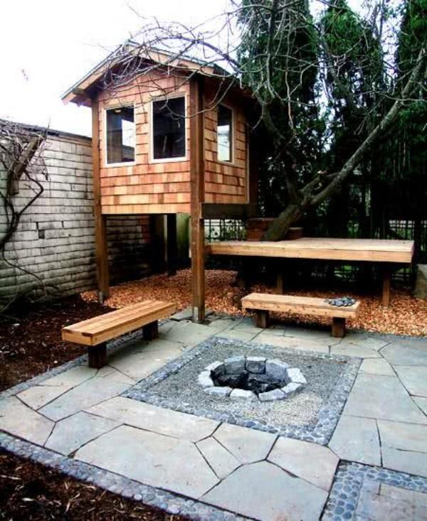 baumhaus in einem hinterhof