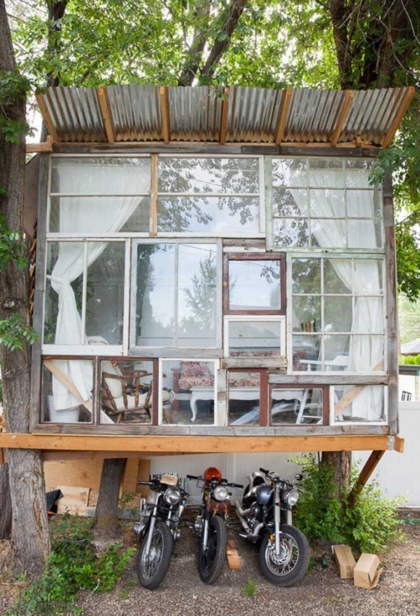 baumhaus mit einer transparenten vorderseite