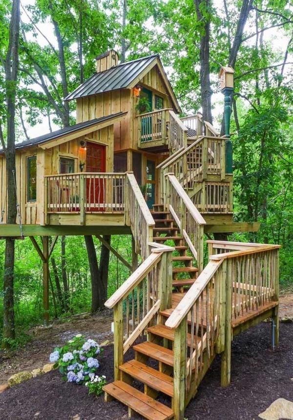 baumhaus mit interessanter treppengestaltung