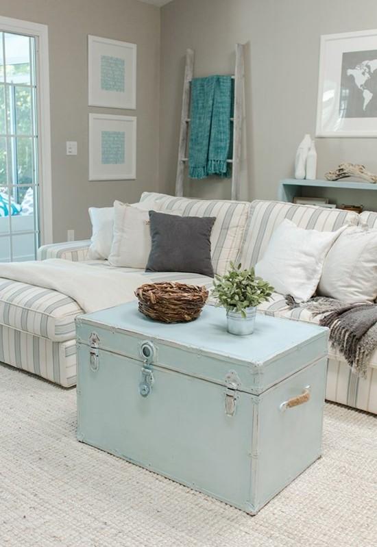 dekorativer truhentisch in hellblau