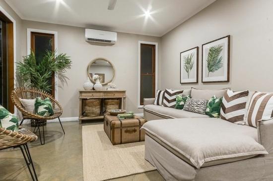 eleganter wohnzimmer in creme mit truhentisch