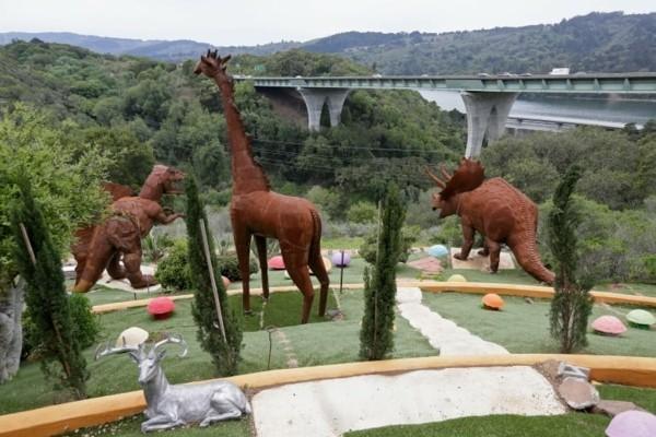 flintstone haus in kalifornien rostige dinosaurien statuen