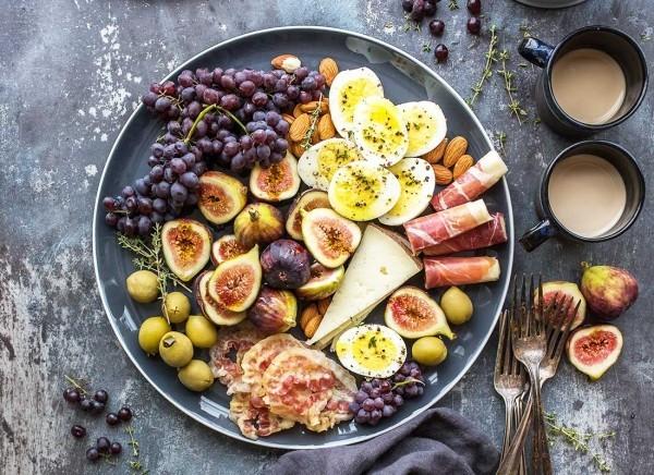 früchte auf einer platte - histaminintolleranz