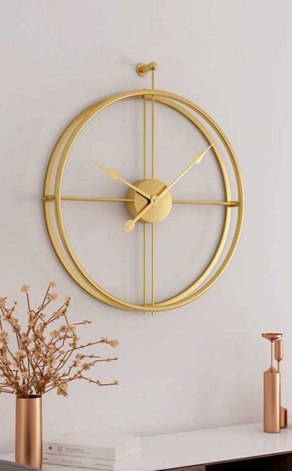 goldene Rahmen für eine schöne Wanduhr