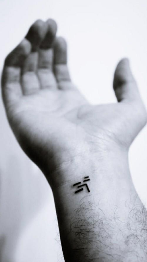 grafische kleine tattoos männer handgelenk