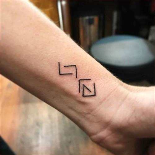 grafische kleine tattoos männer