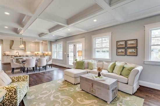 großflächiges wohnzimmer offener plan mit truhentisch