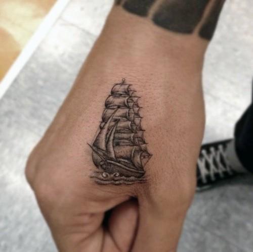 handrücken kleine tattoos männer shiff