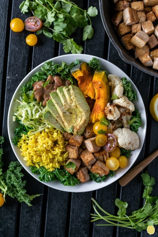 herbst buddha bowl rezepte mit tofu avocado und kürbis