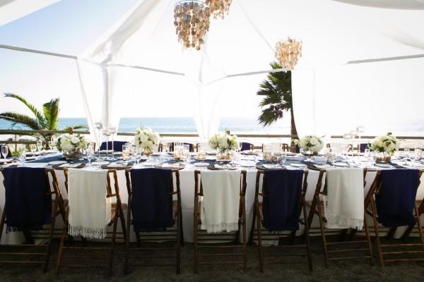 hochzeit location - schön dekorierte tische und stühle