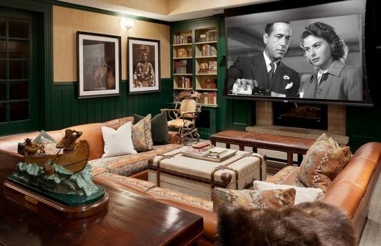 klassisches wohnzimmer mit ledersofa und truhentisch