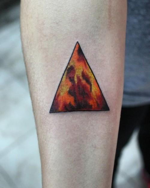 kleine tattoos männer buntes dreieck