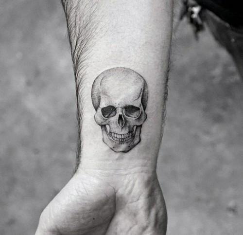 kleine tattoos männer handgelenk schädel