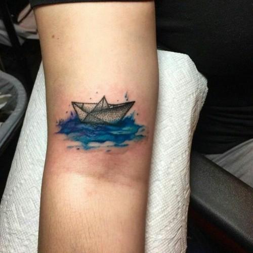 kleine tattoos männer papierboot