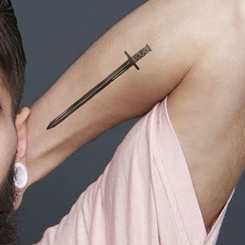 kleine tattoos männer unterarm schwert