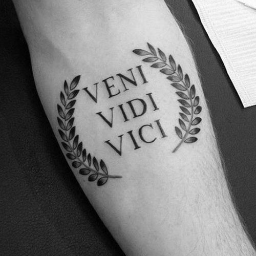 kleine tattoos männer unterarm veni vidi vici