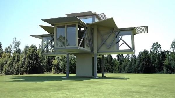 σύγχρονη αρχιτεκτονική οικία που ανεβαίνει πάνω από το έδαφος