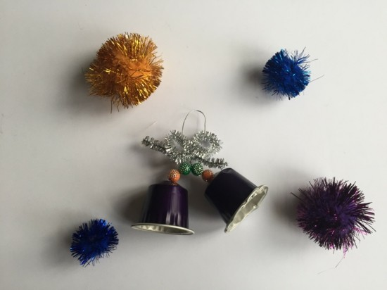 niedliche glocken weihnachtsschmuck basteln mit kaffeekapseln