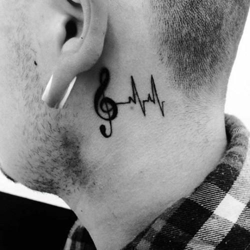 notenschlüssel hinter dem ohr kleine tattoos männer