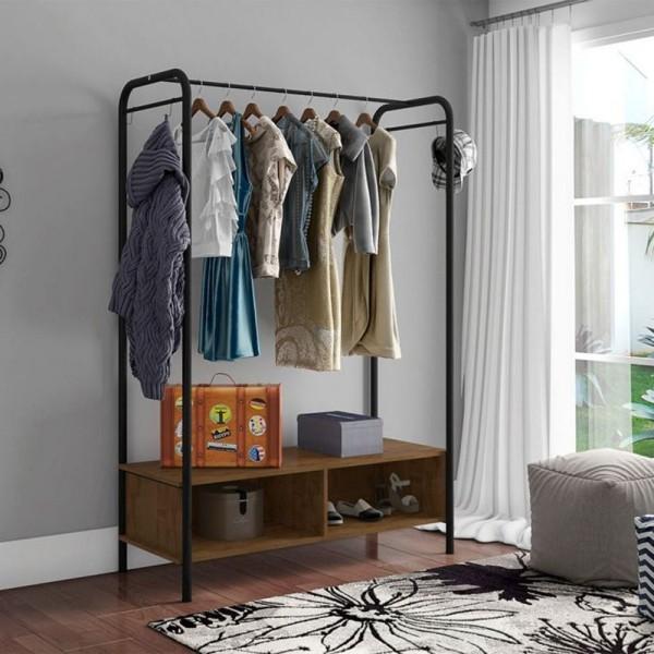 offener kleiderschrank - deko vor einer wand