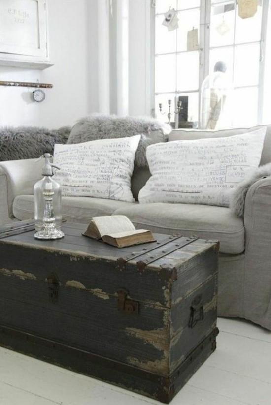 puristisches wohnzimmer mit antikem truhentisch
