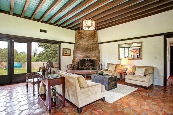 rustikaler truhentisch wohnzimmer mit kamin