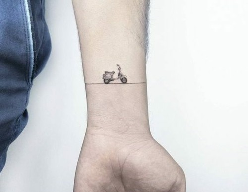 scooter kleine tattoos männer handgeleng