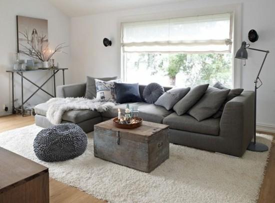 skandinavische wohnzimmereinrichtung mit truhentisch und grauem sofa