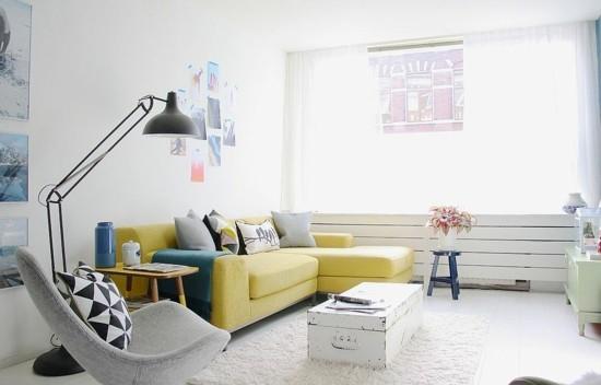 skandinavischer stil wohnzimmer mit weißem truhentisch