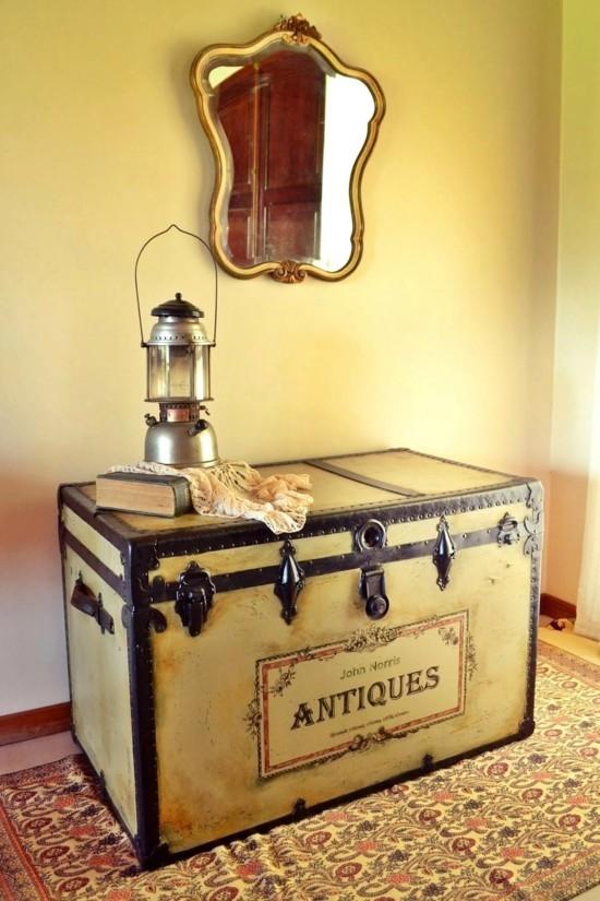 vintage truhentisch im flur