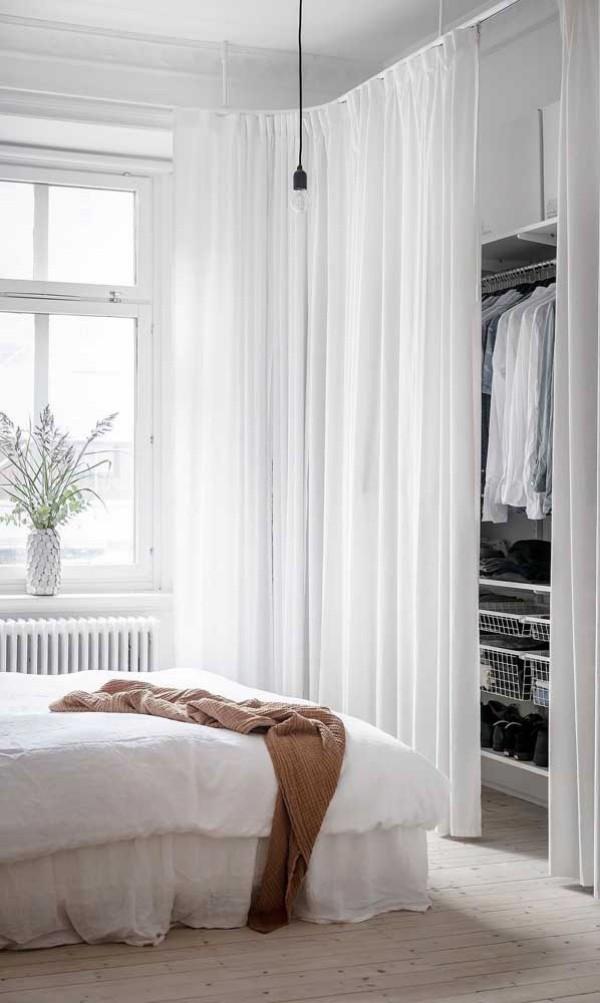 weißes zimmer offener kleiderschrank