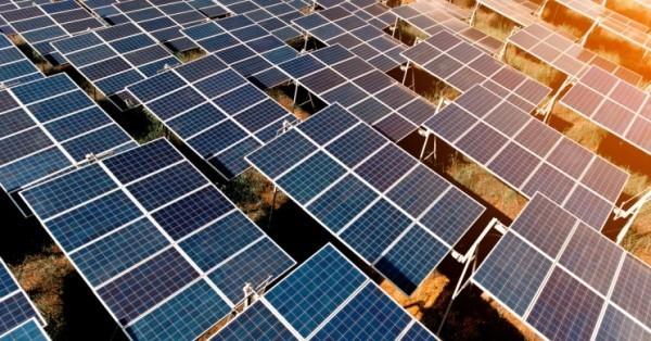 Energie vom Nachthimmel – Solarzellen auf den Kopf gestellt solarfarm bei sonnenuntergang