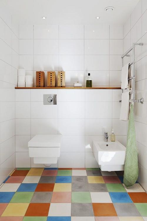 Fliesen-Akzente im Bad kreativ und gewagt Mosaik aus bunten Bodenfliesen wirkt aufmunternd