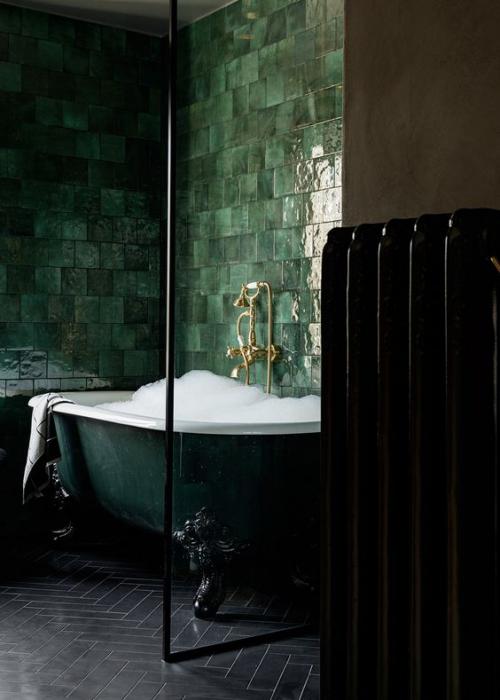 Fliesen-Akzente im Bad kreativ und gewagt Schwarz und Dunkelgrün unwiderstehliches Farbduo im maskulinen Stil