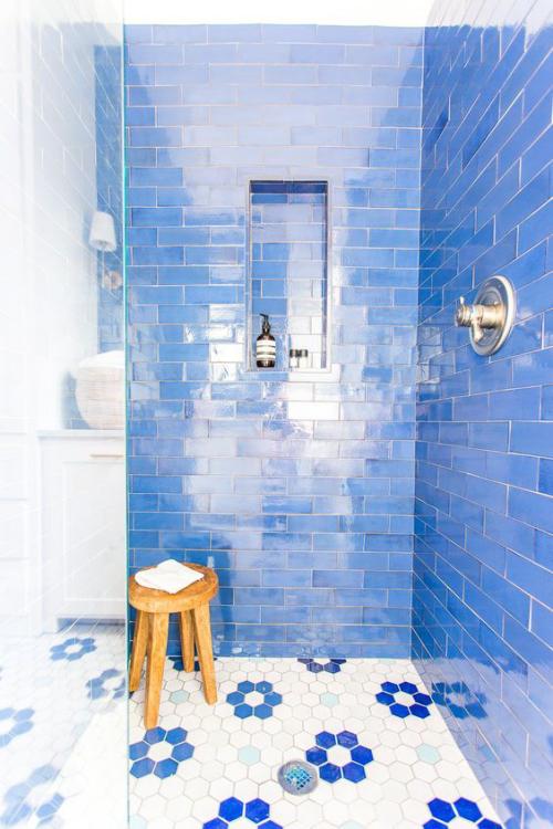 Fliesen-Akzente im Bad kreativ und gewagt ansprechendes Baddesign in Himmelblau mit Glanz gemusterte Bodenfliesen Holzhocker