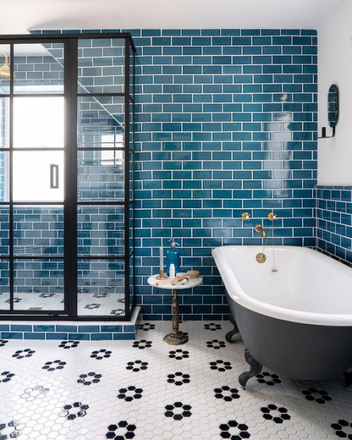 Fliesen-Akzente im Bad kreativ und gewagt blaue Metro-Fliesen Blickfang im Bad Glaswand Dusche Badewanne mit Löwenfüßen