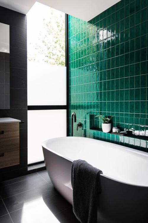 Fliesen-Akzente im Bad kreativ und gewagt geflieste Wand in Dunkelgrün davor eine Badewanne